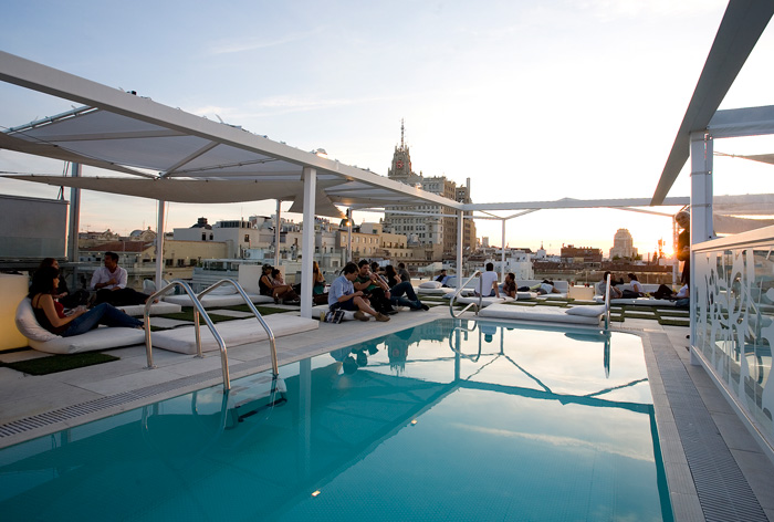Las mejores terrazas de hoteles viajes al alcance de todos for Piscina climatizada madrid
