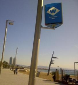 Punto de conexión wifi en una playa de Barcelona